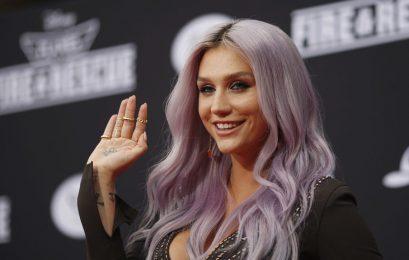 """Kesha quebra tudo no videoclipe de """"Praying"""" e lançará álbum em breve"""