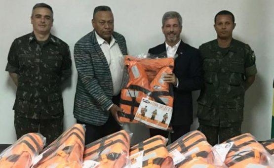 Brasil doa coletes salva-vidas ao Ministério da Defesa do Suriname