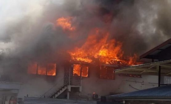 Incêndio destrói andar superior de um restaurante chinês na Mahonylaan em Paramaribo