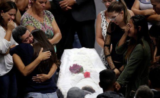 Cortejo leva corpos de vítimas do massacre em escola de Suzano para cemitério