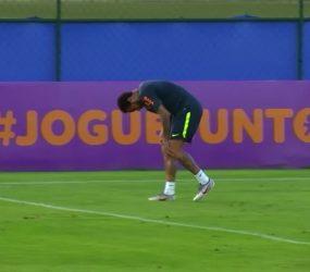 Neymar sente joelho esquerdo e deixa treino da seleção brasileira mancando