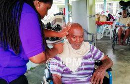 Instituição de Jovens Mulheres realizaram ação social com corte de cabelo para idosos