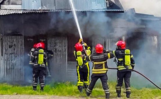Casa abandonada pega fogo