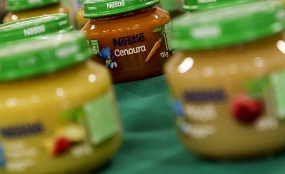 Bebês não devem comer papinhas industrializadas, diz OMS