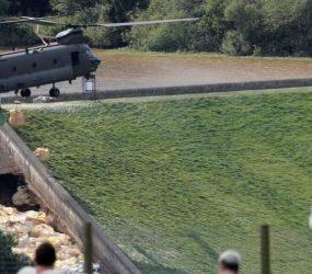 Militares britânicos tentam impedir rompimento de represa que pode inundar cidade