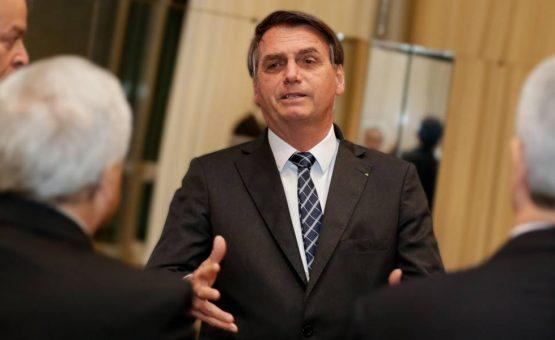 Cirurgia de Bolsonaro é bem-sucedida e médicos implantaram tela para correção de hérnia, diz boletim