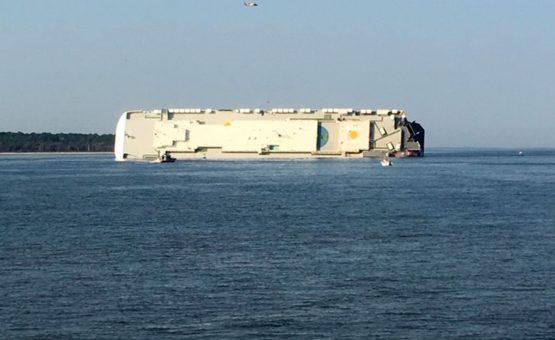 Navio que transportava carros tomba e deixa desaparecidos na costa dos EUA